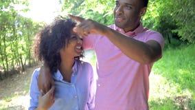 Junge Afroamerikaner-Paare, die in Landschaft gehen stock footage