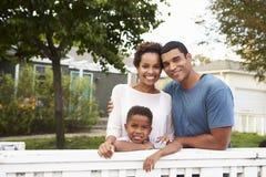 Junge Afroamerikanerfamilie außerhalb ihres neuen Hauses lizenzfreie stockfotografie