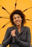 Junge Afroamerikanerfrau, die auf den Pier geht Lizenzfreie Stockfotos