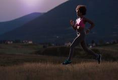 Junge Afroamerikanerfrau, die in der Natur rüttelt stockfoto