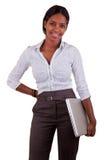Junge Afroamerikanerfrau, die einen Laptop anhält Stockbild
