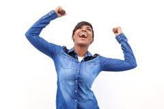 Junge Afroamerikanerfrau, die mit den Armen angehoben zujubelt Stockfotos