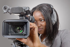 Junge Afroamerikanerfrauen mit Berufsvideokamera und Lizenzfreie Stockbilder
