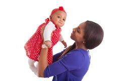 Junge Afroamerikanermutter, die mit ihrem Baby spielt lizenzfreies stockbild