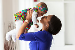 Junge Afroamerikanermutter, die mit ihrem Baby spielt Stockfotos