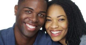 Junge Afroamerikanerpaare, die zusammen lächeln stockfotografie