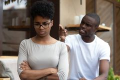 Junge Afroamerikanerpaare in Liebe streitenem sitzendem togeth lizenzfreie stockfotografie