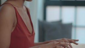 Junge afroe-amerikanisch Frau, die Laptop-Computer beim bei Tisch sitzen verwendet stock footage