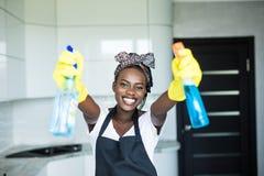 Junge afroe-amerikanisch Frau hat Spaß beim Reinigung zu Hause tun stockfoto