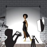 Junge Afrofrau, die im Fotostudio auf weißem Hintergrund aufwirft Vec lizenzfreie abbildung