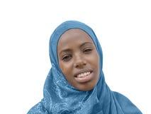 Junge Afroschönheit, die ein blaues Kopftuch, lokalisiert trägt Stockfotos