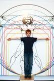Junge ahmt Leonardo da Vincis nach Stockfoto
