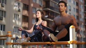 Junge aktive Eignungspaartrainingsyogahaltungsübung und -meditation für langes und gesundes Leben stock video footage