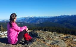 Junge aktive Frau, die das landcape bewundert Lizenzfreie Stockfotografie