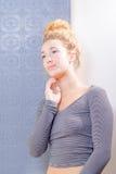 Junge amerikanische blonde Frau mit blauen Augen Lizenzfreies Stockbild