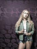 Junge amerikanische blonde weibliche Mode Stockfoto