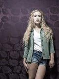 Junge amerikanische blonde weibliche Mode Stockbilder