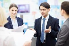 Junge Angestellte im Büro lizenzfreie stockfotos