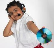 Junge anhalten cd mit Kopfhörer Stockfoto