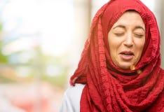 Junge arabische Frau tragendes hijab lokalisiert über natürlichem Hintergrund stockbilder
