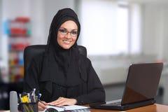 Junge arabische Geschäftsfrau, arbeitend im Büro Stockfotografie
