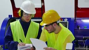 Junge Arbeitnehmer betrachten einen technischen Plan stock video footage