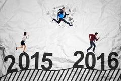 Junge Arbeitnehmer, die laufen, um Erfolg zu erhalten Lizenzfreies Stockfoto