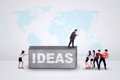 Junge Arbeitnehmer mit Ideen Lizenzfreies Stockfoto