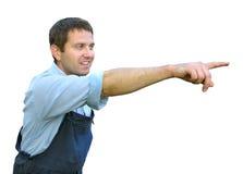 Junge Arbeitskraft in der Funktionskleidung, zeigend mit dem Finger Stockfoto