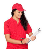 Junge Arbeitskraft mit roter Uniform Stockbild