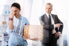 Junge arbeitslose Frau, die im Büro schreit Lizenzfreie Stockbilder
