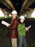 Junge Architekten, die Lichtpause betrachten. lizenzfreies stockfoto
