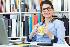 Junge Architektenfrau, die im Büro arbeitet Stockfotografie