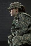 Junge Armeefrau, die PTSD beschäftigt Lizenzfreies Stockfoto