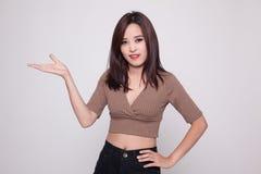Junge Asiatin anwesend mit ihrer Hand stockfoto