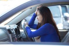 Junge Asiatin auf Fahrt, ein Auto, frustriert stockfotografie