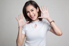 Junge Asiatin, die heraus ihre Zunge haftet Stockbild