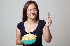 Junge Asiatin essen Kartoffelchips Lizenzfreie Stockfotografie