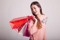 Junge Asiatin glücklich mit Einkaufstasche Stockfotos