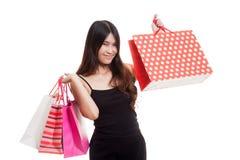 Junge Asiatin glücklich mit Einkaufstasche Lizenzfreie Stockfotografie