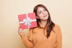 Junge Asiatin mit einer Geschenkbox lizenzfreies stockfoto