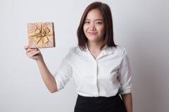 Junge Asiatin mit einer Geschenkbox Stockbild