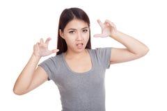 Junge Asiatin mit gespenstischer Handgeste Stockbild