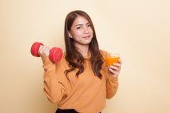 Junge Asiatin mit Orangensaft des Dummkopfgetränks stockfotos