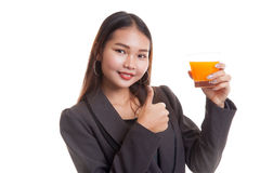 Junge Asiatindaumen trinken oben Orangensaft stockfoto