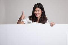 Junge Asiatinshow greift oben mit leerem Zeichen ab Lizenzfreies Stockfoto