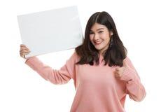 Junge Asiatinshow greift oben mit weißem leerem Zeichen ab Lizenzfreie Stockfotografie