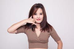 Junge Asiatinshow mit Telefongeste stockbilder