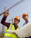 Junge asiatische Architektendiskussionsfront der Baustelle Lizenzfreie Stockbilder
