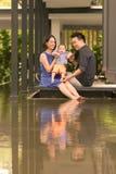 Junge asiatische chinesische Familie mit Sohn des fünfmonatigen Babys Lizenzfreie Stockfotos